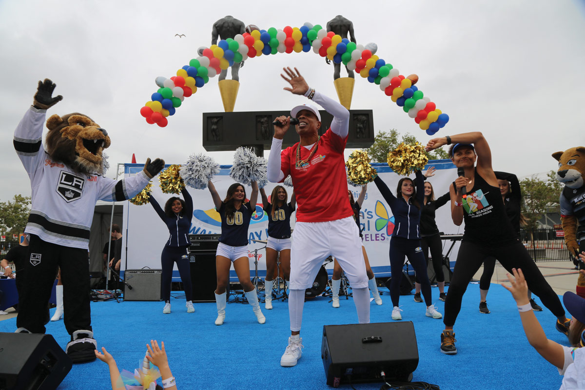 Celebrity trainer Dion Jackson (center) and Troy Titus-Barrow (right) led participants in a dynamic warm-up with support from Los Angeles Kings mascot Bailey, members of the LA Kings Ice Crew, the Los Angeles Chargers Girls, Los Angeles Rams cheerleaders and Ontario Fury mascot Stryker.